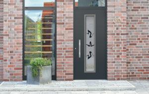 Porte en aluminium avec vitrage et poignée décorative