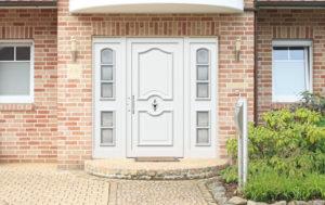 Porte d'entrée aluminium traditionnelle blanche avec deux parties latérales fixes
